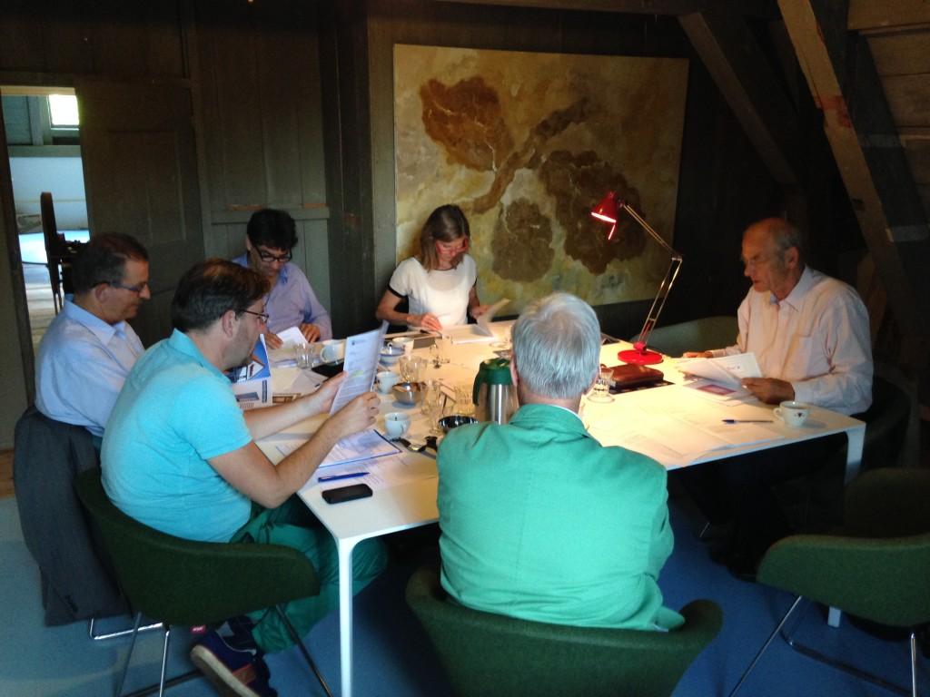 Jury-aan-het-werk-met-inzendingen-BNG-Bank-Erfgoedprijs-2014-1
